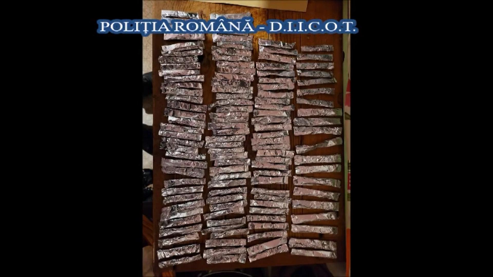 Descinderi de amploare în Hunedoara. 27 de percheziţii la persoane suspectate de trafic de etnobotanice