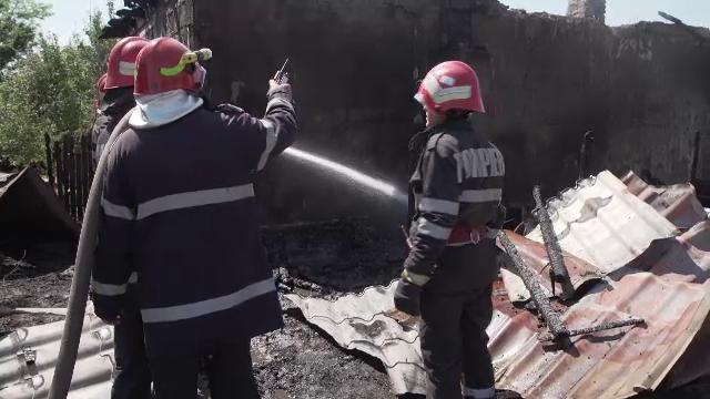 Doi bătrâni și-au găsit sfârșitul după ce au lăsat lemne uscate lângă soba încinsă