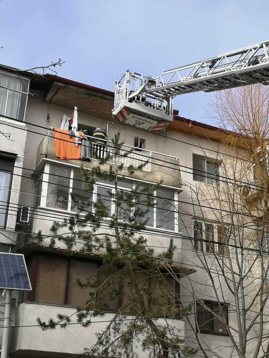Pompierii, puși în alertă de un copil de 3 ani care și-a închis bunica pe balcon. Copilul a aplaudat la finalul operaţiunii