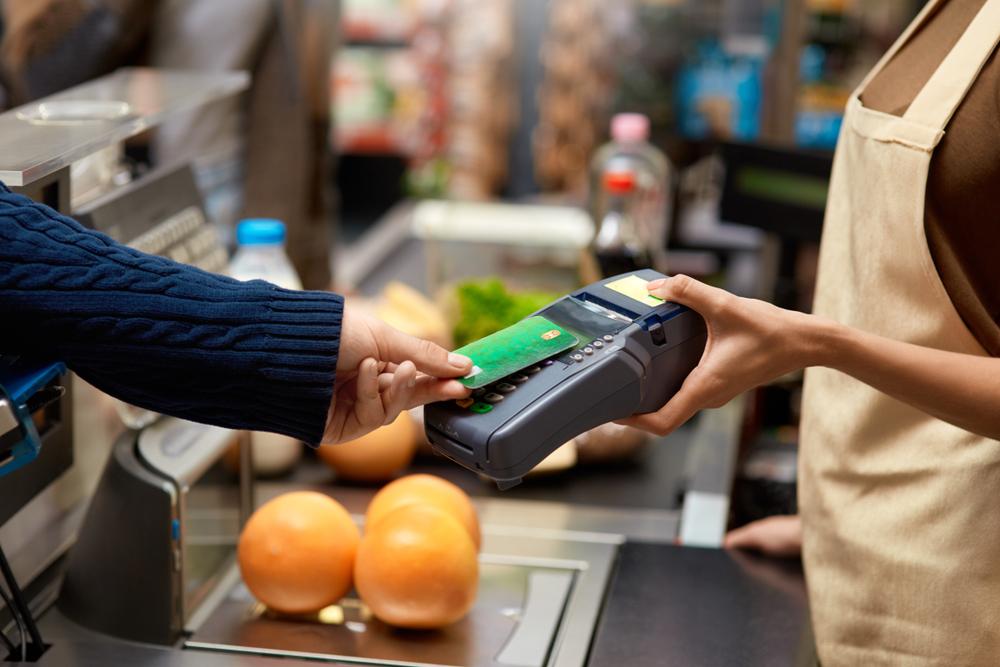 Femeie reținută pentru că ar fi făcut cumpărături cu un card bancar furat