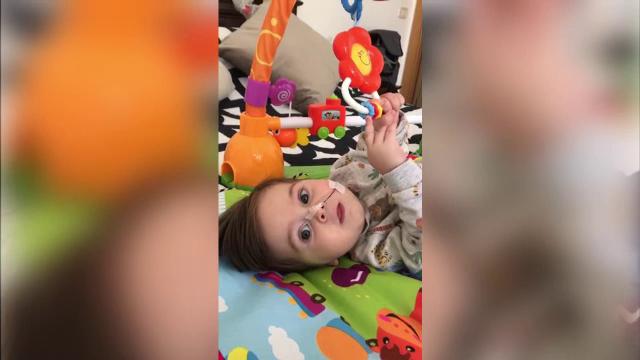 Un băiețel de aproape un an din Cluj are nevoie de ajutor. Suferă de o afecțiune gravă care îi distruge nervii și mușchii