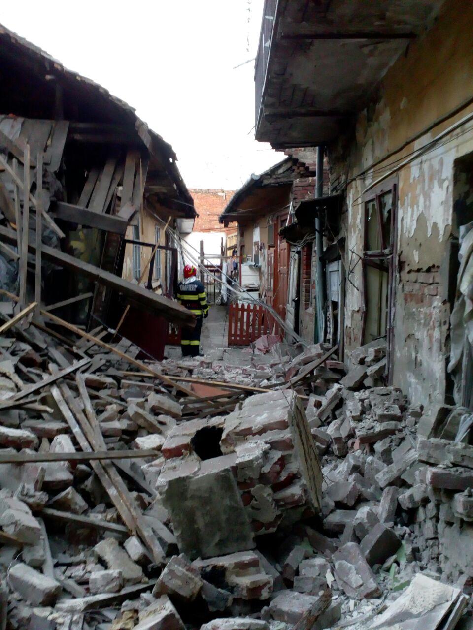 Explozie într-o clădire din Timişoara. Un bărbat a fost prins sub dărâmături. FOTO
