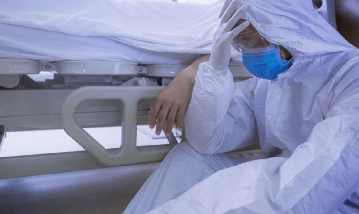 Doctori din Iași: Afară scandau acei anti-mască. Noi aşteptam un loc la ATI ţinând de mână pacientul ce avea nevoie de oxigen