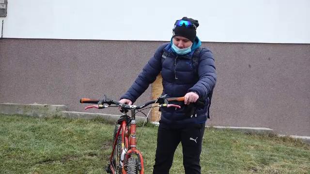 """Un profesor de sport pedaleză zeci de km pentru a ajunge la ore în școlile din 2 sate: """"Nu e ușor"""""""