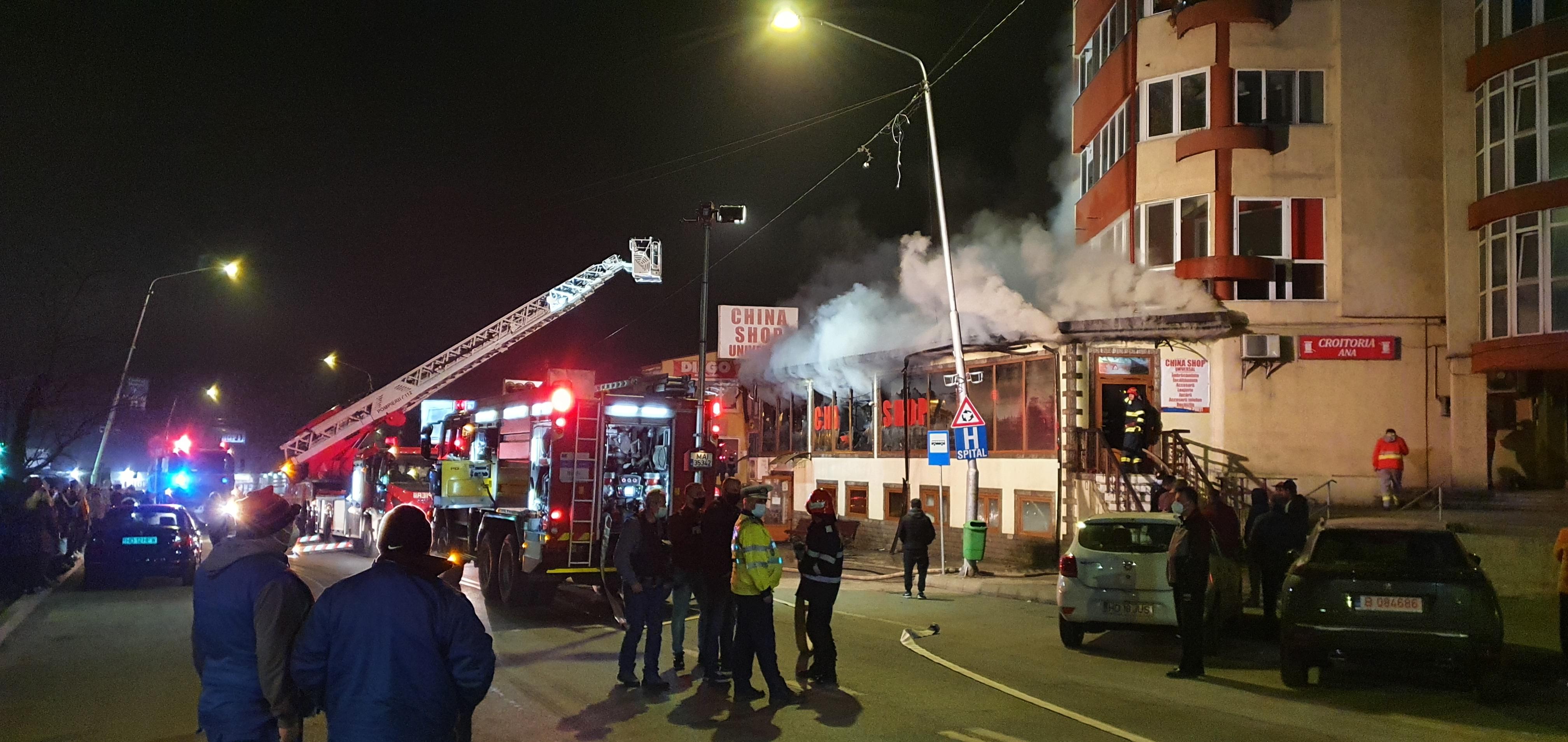Incendiu puternic în Petroșani. Un magazin aflat lângă un bloc de locuințe a luat foc. VIDEO