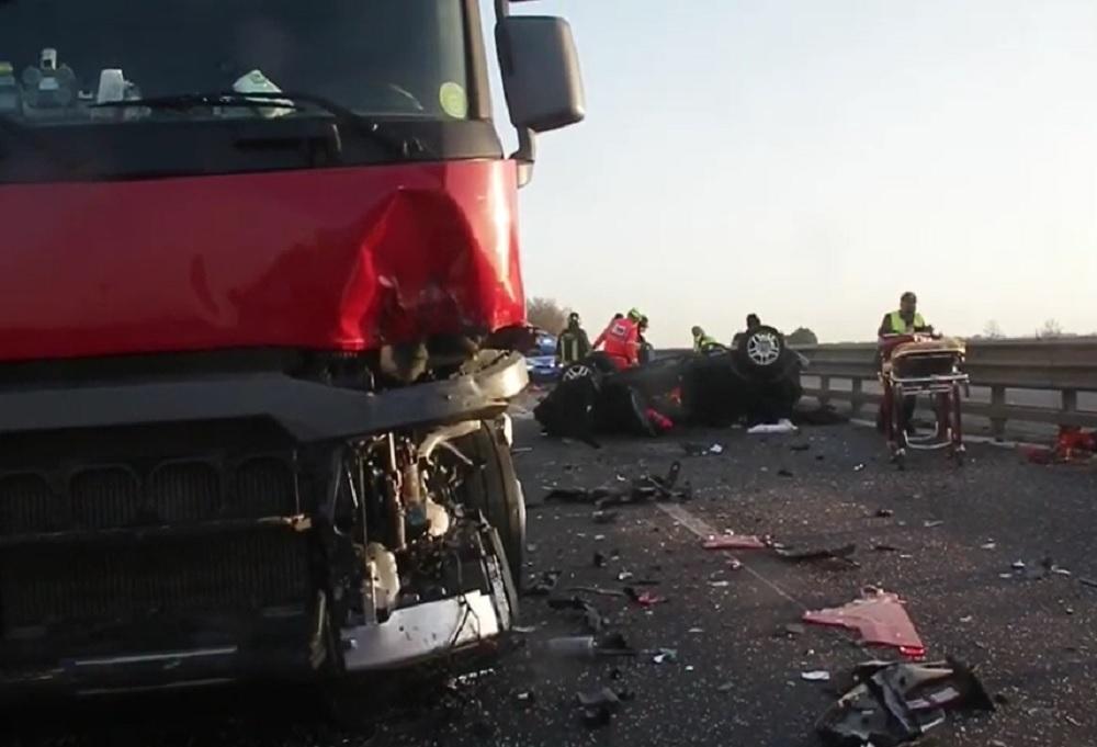 VIDEO. Un tânăr din Italia a murit pe loc, după ce a intrat cu mașina într-un TIR condus de un român
