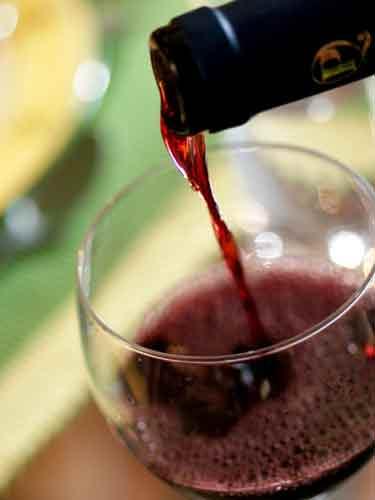 Prinsi in timp ce incercau sa vanda 32.000 litri de vin fara a plati accize