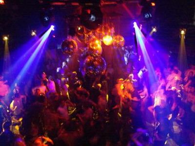 Revelion la club: dans pe boxe, costume de baie si muzica... populara