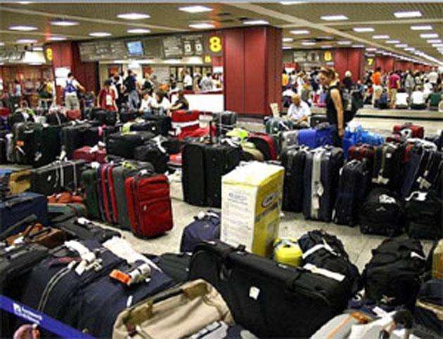 Revolta pe aeroportul Baneasa: 50 de pasageri s-au trezit fara bagaje