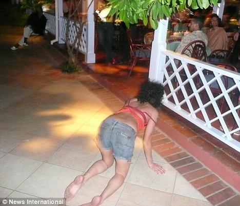 S-a imbatat si a cazut direct pe silicoane! Amy Winehouse e (iar) la spital