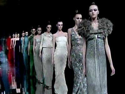 Moda la Paris: Valentino vs Chanel. Feminin si delicat vs. msculin si rigid
