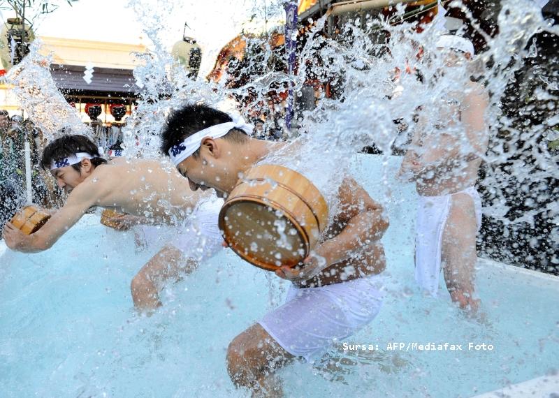 30 de niponi s-au scaldat in apa inghetata, pentru a-si purifica sufletul!