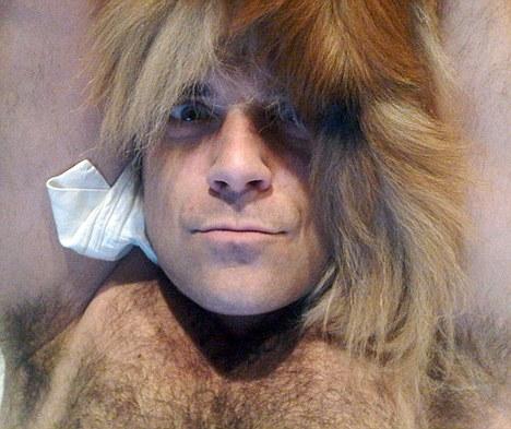 Robbie Williams s-a filmat gol pusca de ziua lui Gary Barlow. Video