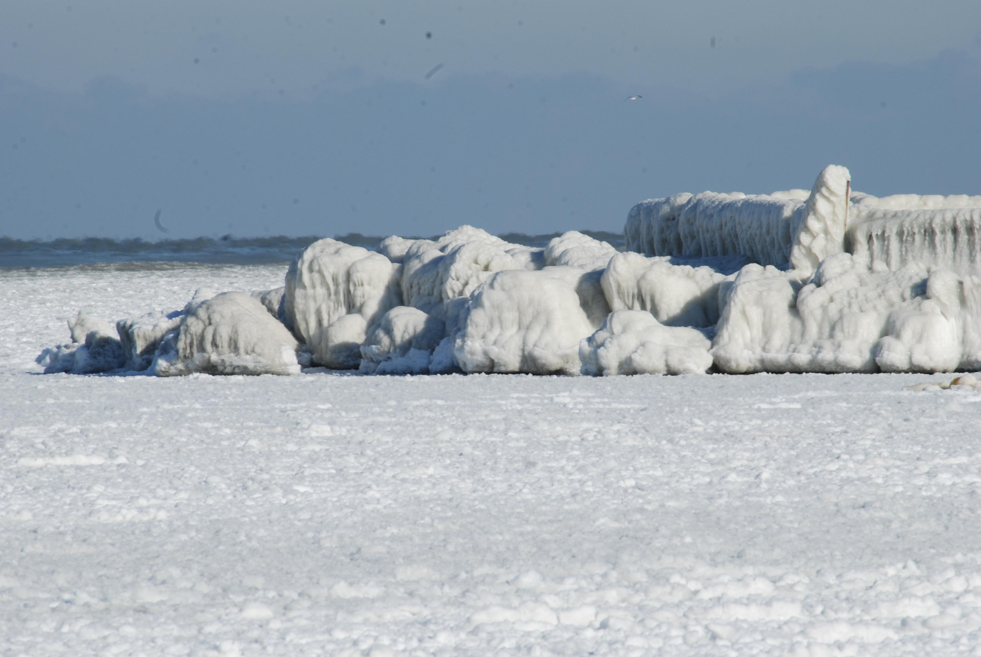 Efectele gerului: Marea Neagra e inghetata bocna, iar Dunarea fierbe!