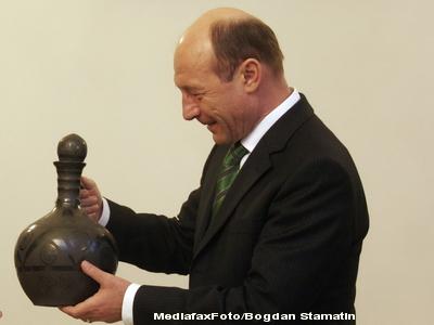 Ce cadouri a primit Basescu in 2010: bici de piele, sabie, coif