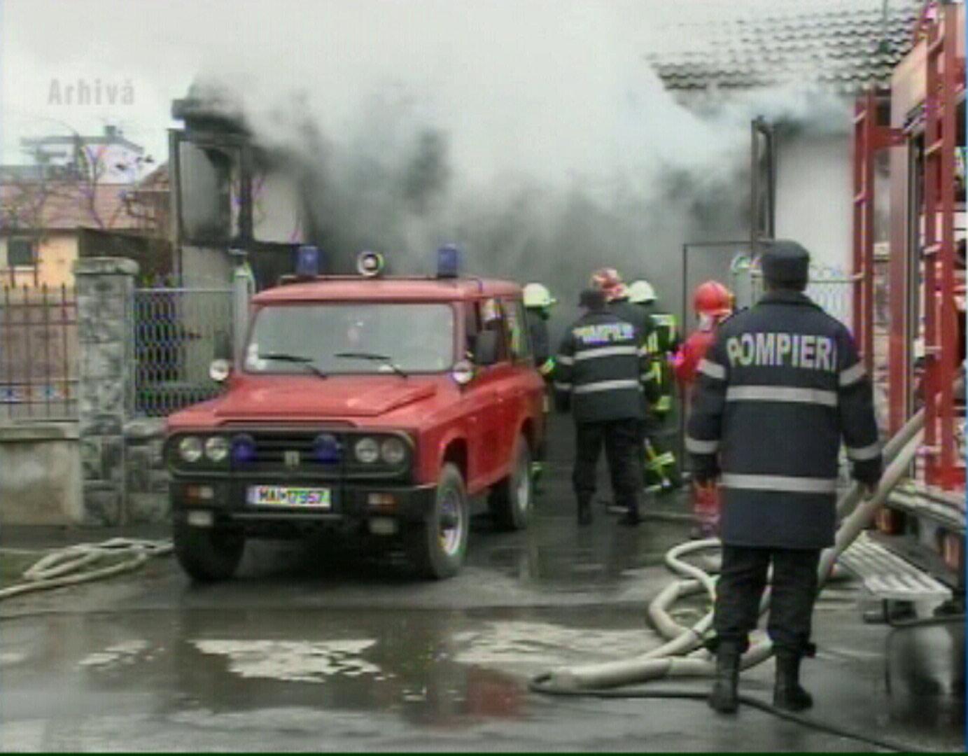 Doua explozii au distrus un service auto in Otelu Rosu. Un tanar a murit