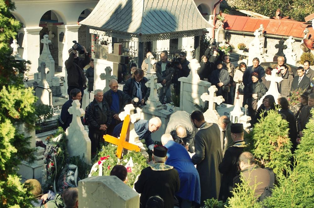 Profanare de morminte in Prahova. Un barbat s-a imbatat si a folosit cruci ca sa faca rost de lemne pentru incalzire