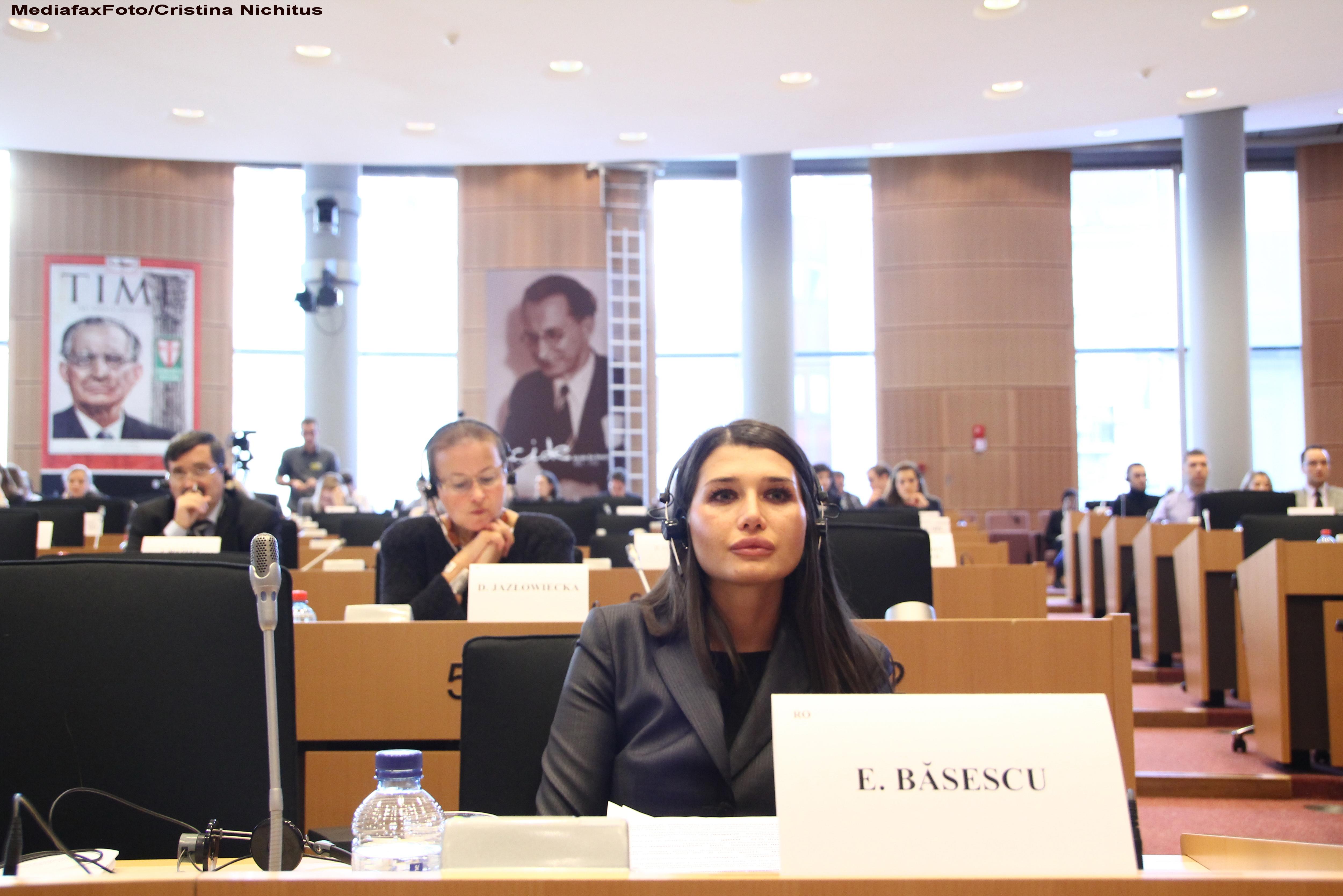 Elena Basescu s-a plimbat prin Parlamentul European cu un tricou cu poza lui Timosenko: