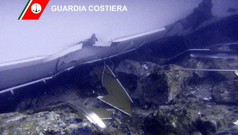 Paza de coasta italiana publica imagini in premiera cu vasul Costa Concordia sub apa. GALERIE FOTO