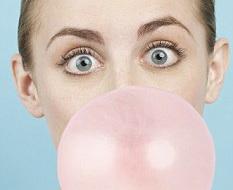 Guma de mestecat cu multe E-uri. TOP 10 produse cu cel mai mare numar de aditivi alimentari