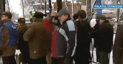 Doar cativa oameni au venit la protestul militarilor disponibilizati de la Cotroceni