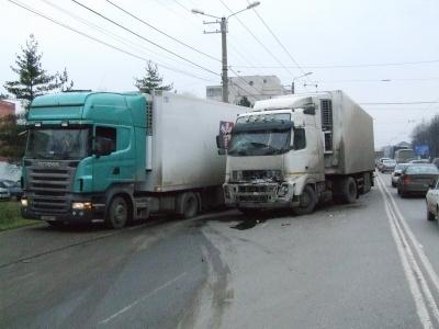 Capcane pe autostrada Arad-Timisoara. Sase TIR-uri au fost