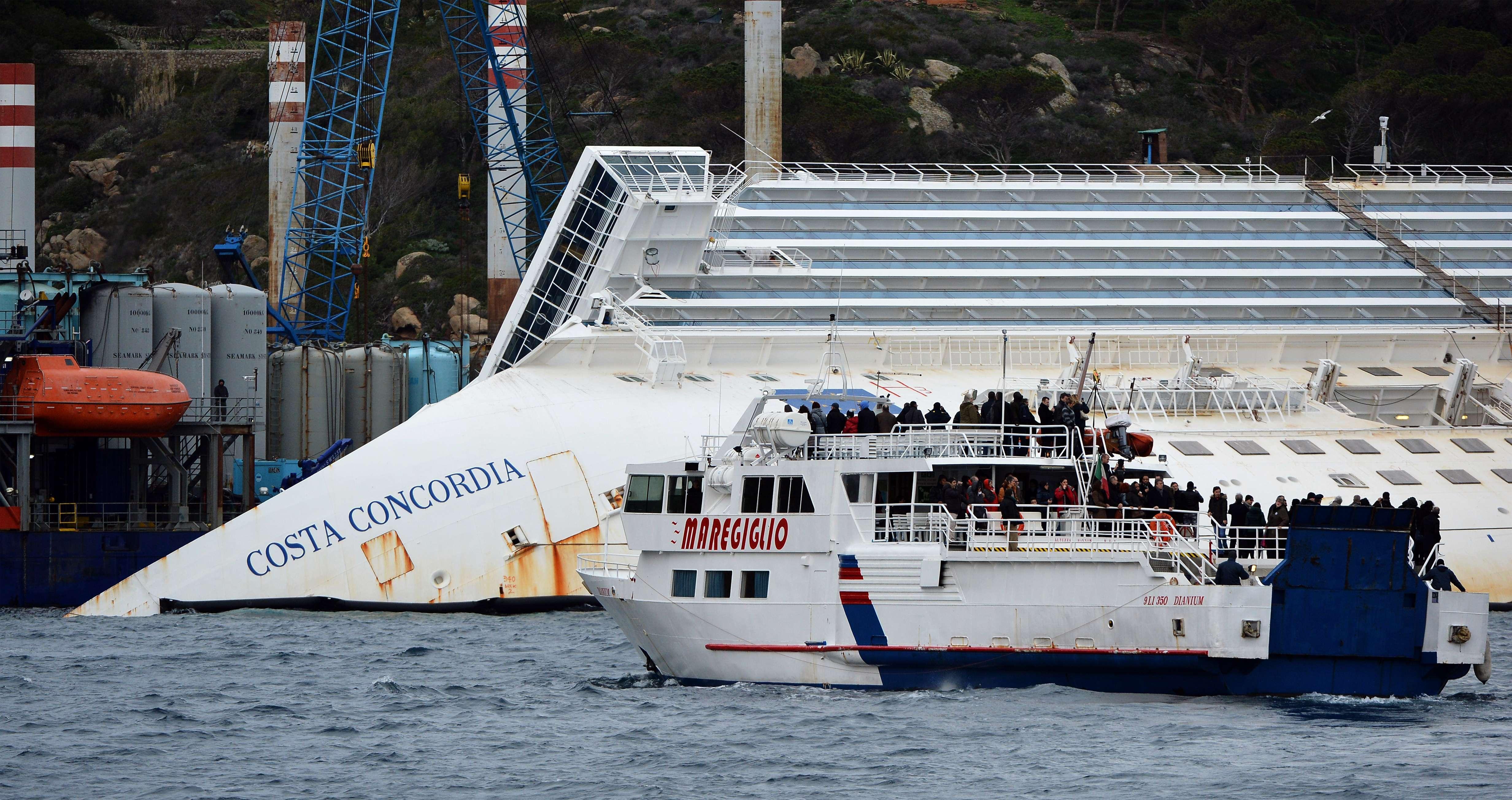 Un an de la naufragiul Costa Concordia. Familiile victimelor au aruncat flori in mare langa epava