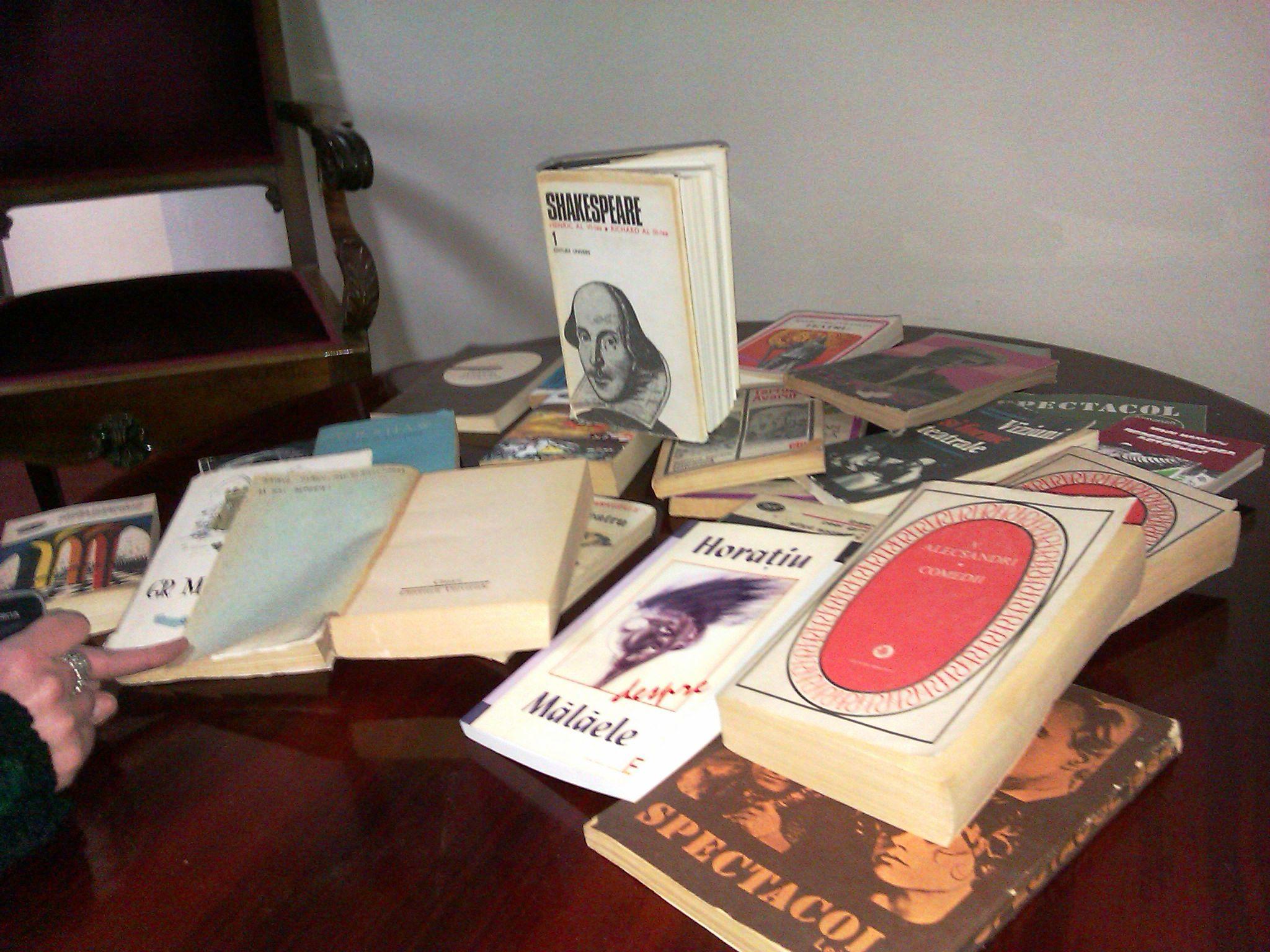 De Ziua Culturii Nationale, aradenii care au mers la teatru au primit in dar cate o carte