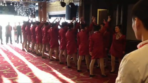 Inregistrare VIDEO socanta din China. Cum se antreneaza cateva chelnerite intr-un restaurant