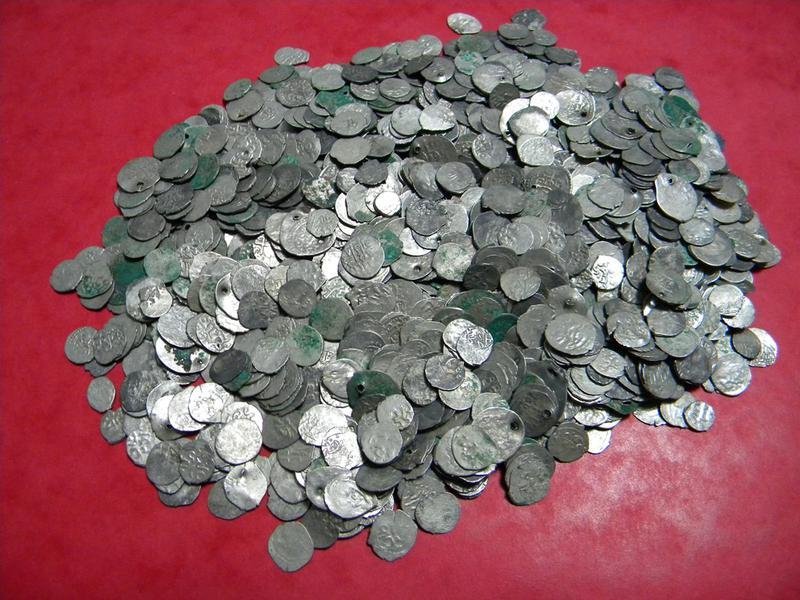 Sute de bancnote si monede vechi in valoare de 10.000 €, gasite asupra unui barbat, in vama Bors