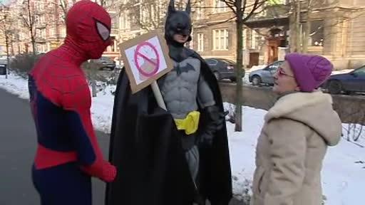 Batman si Superman, intr-o misune comuna: salvarea trotuarelor de mizeria lasata de caini