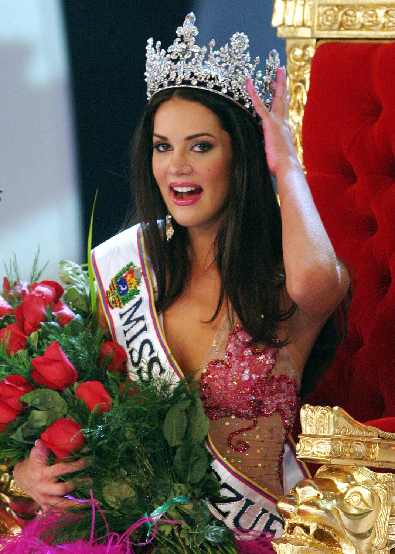 Miss Venezuela 2004 si sotul ei, impuscati mortal de o banda de hoti. Fiica celor doi, grav ranita