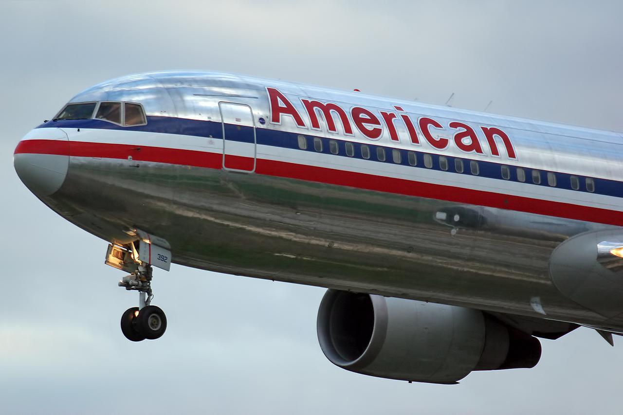 Un avion, fortat sa aterizeze de urgenta din cauza unui
