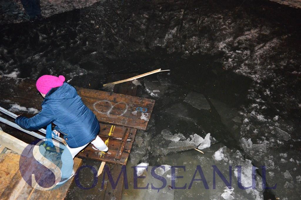 Ancheta a Politiei Cluj, dupa ce mai multe persoane au cazut in apa unui lac transformat in patinoar. VIDEO