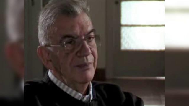 Un roman, arestat pentru uciderea unui cunoscut scriitor grec. Autoritatile il cauta acum pe al doilea suspect, tot roman