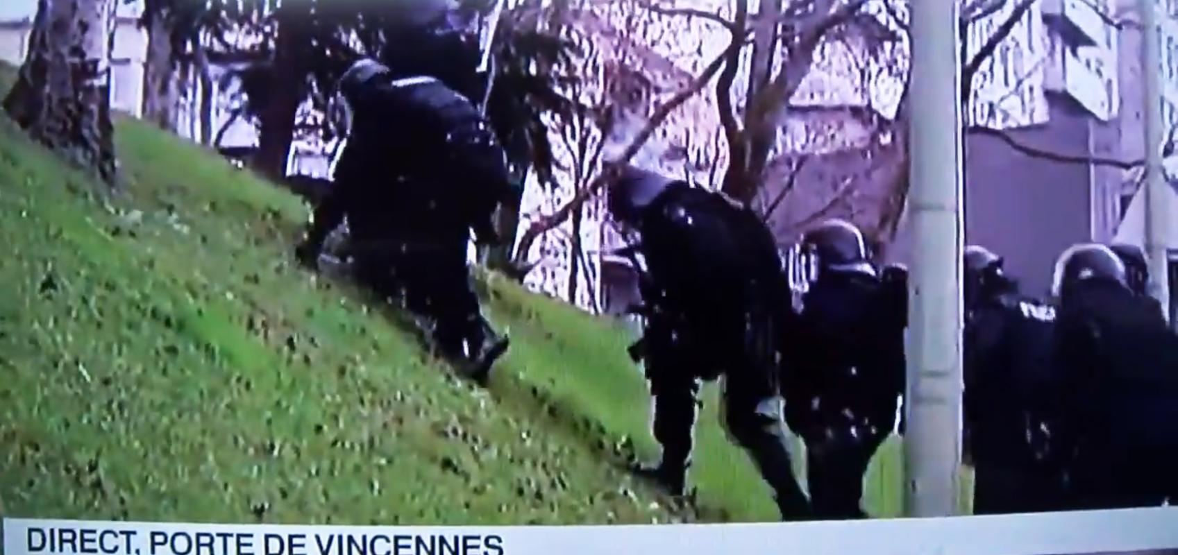 Imagini virale cu interventia politistilor francezi. Un spatiu verde i-a impedicat sa ajunga la locul luarii de ostatici