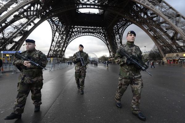 Premierul Manuel Valls: Politia continua urmarirea unor eventuali complici ai atacatorilor jihadisti