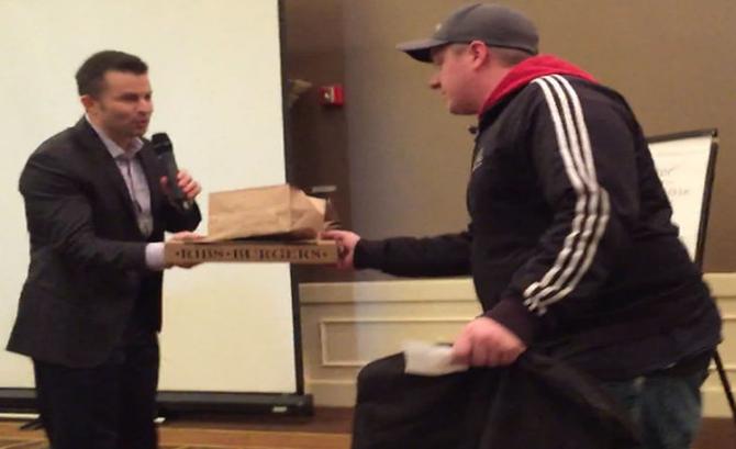 Reactia unui barbat care a primit un bacsis de 2000 de dolari pentru ca a livrat o pizza. VIDEO