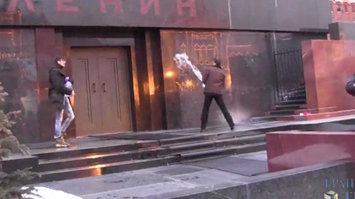 Doi rusi, arestati dupa ce au stropit cu agheasma Mausoleul lui Lenin urland