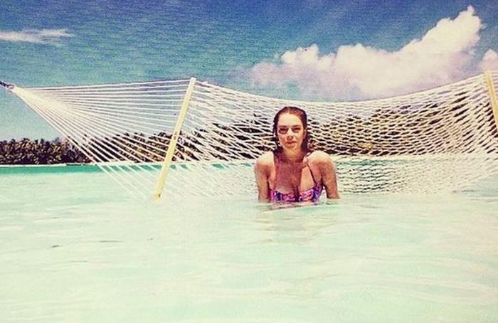 Lindsay Lohan a inlocuit costumul de baie cu lenjeria intima. Cum a aparut pe o plaja din Grecia. FOTO