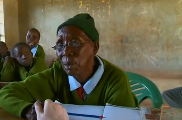 O femeie de 90 de ani din Kenya, cel mai batran elev de scoala primara din lume. Invata alaturi de 6 stra-stra-stranepoti