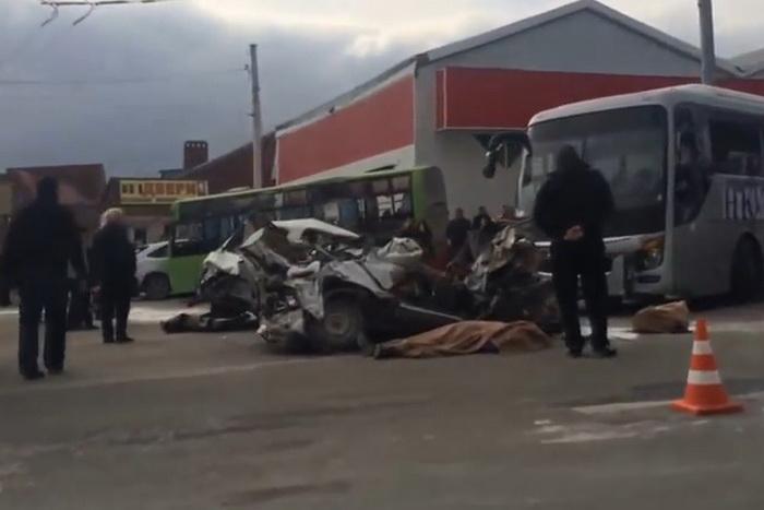 Dezastru pe o strada din Rusia: Un camion fara frane a declansat un accident in lant cu alte 14 masini. VIDEO
