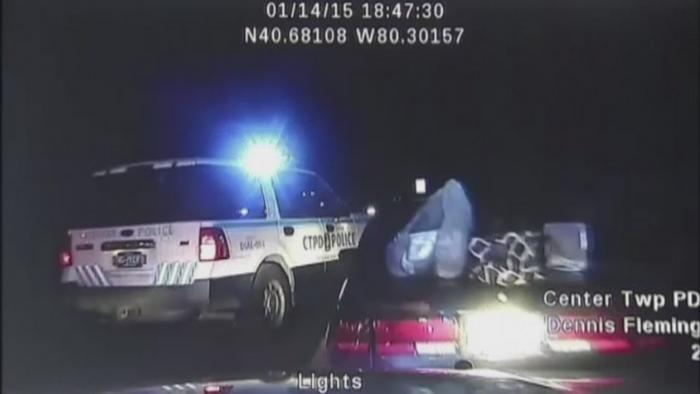 A fugit cu masina de politie, la scurt timp dupa ce a fost incatusata. Cum a reusit femeia sa porneasca motorul