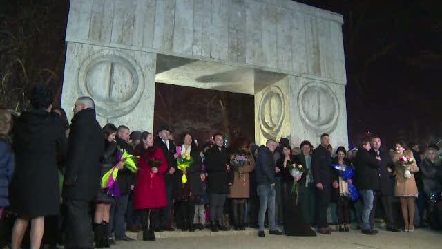 Au intrat in Noul An jurandu-si iubire si credinta. 21 de cupluri s-au casatorit de Revelion la Poarta Sarutului