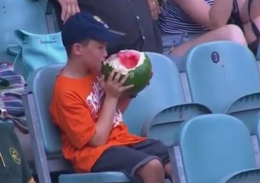 Imagini incredibile in Australia. Un baietel a devenit senzatie nationala pentru ca manca un pepene intreg cu tot cu coaja