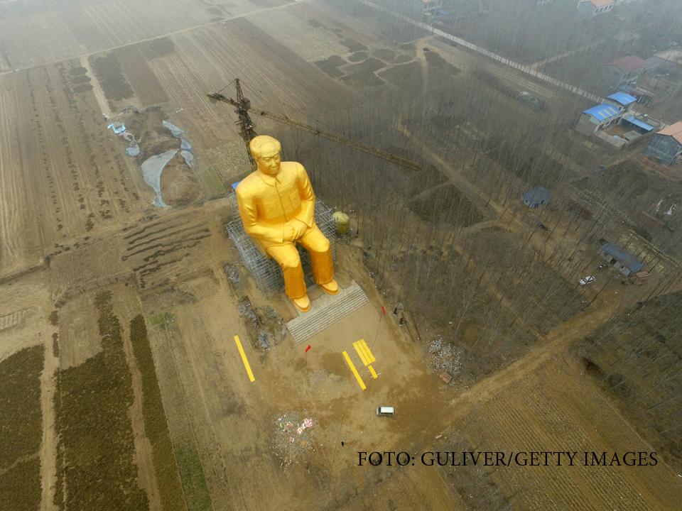 O uriasa statuie aurita a
