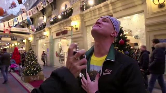 Parfum inspirat de Vladimir Putin, lansat intr-un mall din Rusia. Cum au reactionat oamenii la propunerea de a-l incerca