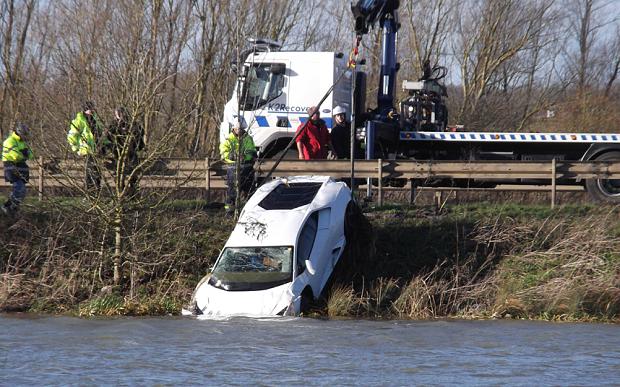 Soferul unui Lamborghini a plonjat intr-un lac, la o saptamana dupa ce l-a cumparat. Care ar fi fost motivul