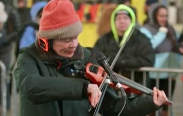 VIDEO Laurie Anderson a tinut un concert de vioara pentru caini. Acordurile puteau fi auzite de oameni prin casti speciale