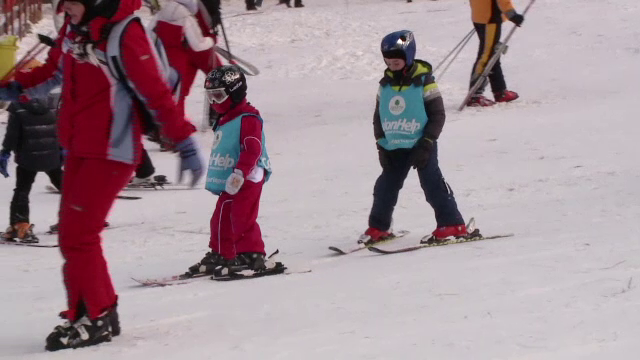 Sute de scolari profita de ultima saptamana de vacanta in taberele de ski. Cat costa un pachet complet, cu cazarea inclusa